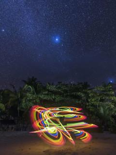 夜空下与星辰争辉 灯光舞者的光绘摄影