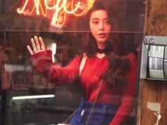 """范冰冰最新街拍变身""""超级马里奥"""" 红色针织上衣文艺复古"""