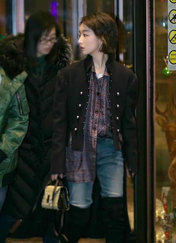 周冬雨帅气出街 示范不用光腿也能穿好过膝长靴