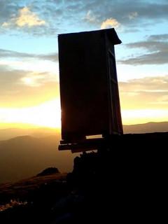 世界最极端的厕所:西伯利亚悬崖边上矗立
