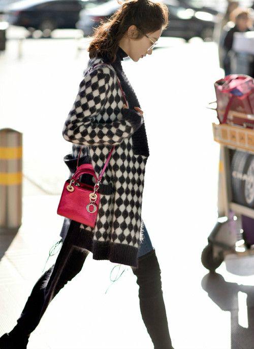 景甜格纹大衣机场街拍 学院风搭配时尚靓丽十分吸睛